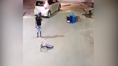 Người đàn ông ngơ ngác vì xe gãy đôi